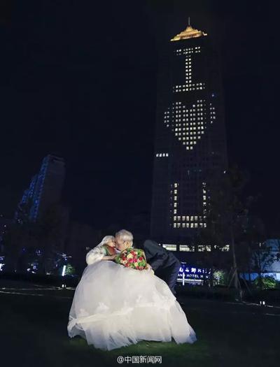 Do sức khỏe của bà Liu ngày một kém, lại phải ngồi trên xe lăn, ông Qiao quyết định đã đến lúc mang đến cho bà một sự bất ngờ.