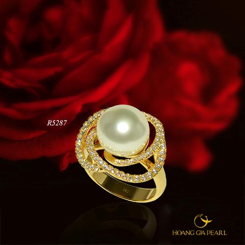 Nhẫn ngọc khơi gợi nét duyên tạo vẻ mềm mại cho đôi tay, sang trọng và tinh tế cho chủ nhân.