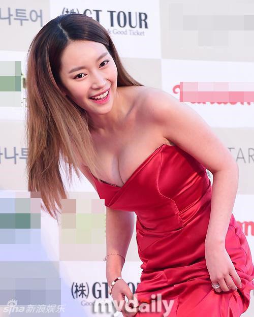 dan-my-nhan-han-khoe-nguc-tao-bao-tren-tham-do-3