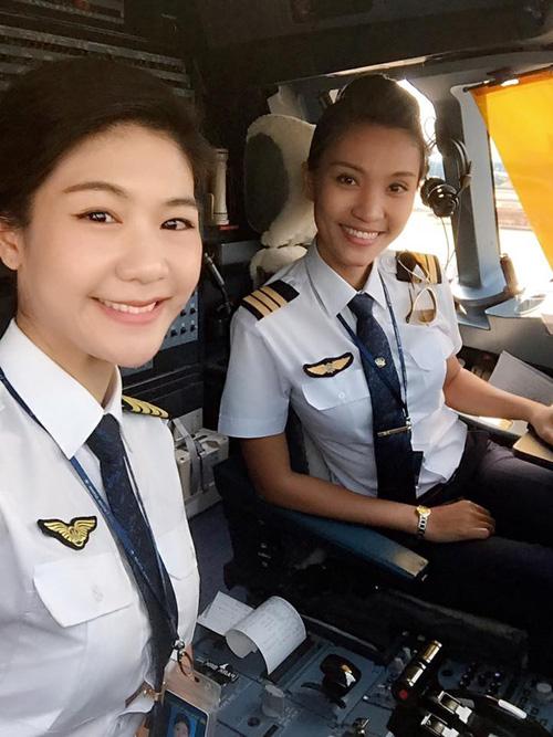 Hai nữ phi công xinh đẹp của chuyến bay. Ảnh: NVCC