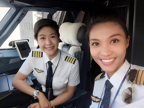 Cơ trưởng và cơ phó chụp ảnh wefie trước chuyến bay khoe vẻ xinh đẹp rạng rỡ và đậy tự tin.