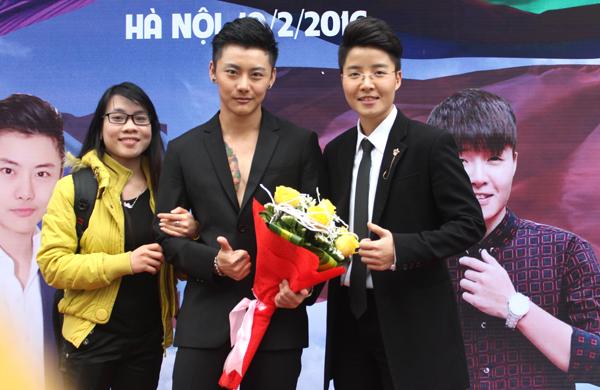 hot-boy-chuyen-gioi-thai-lan-coi-ao-khoe-bung-6-mui-11