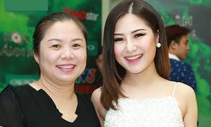 Mẹ Hương Tràm vào hậu trường cổ vũ con gái