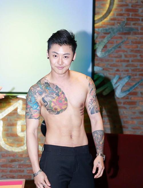 hot-boy-thai-lan-khoe-bung-6-mui-sau-khi-cat-nguc-5