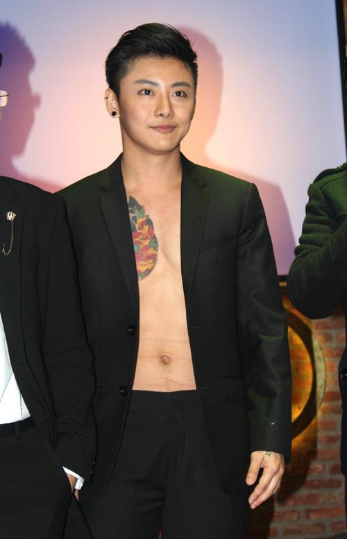 hot-boy-thai-lan-khoe-bung-6-mui-sau-khi-cat-nguc-9