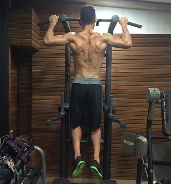 'Không có ngày nghỉ', C. Ronaldo chú thích khi đăng ảnh khoe cơ bắp ấn tượng trong phòng gym.