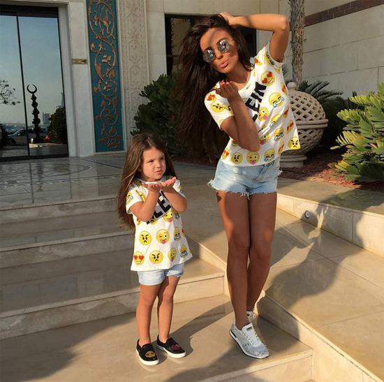 Cựu mẫu Playboy và cô con gái nhỏ.