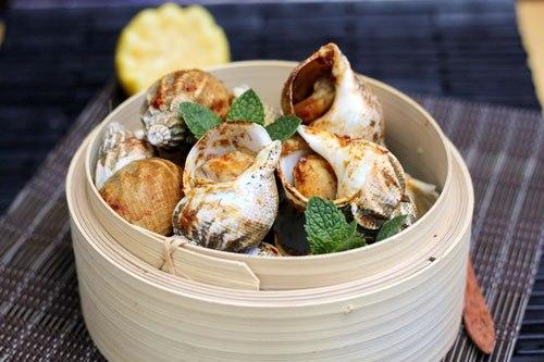 Món nướng thơm lừng với thịt ốc giòn ngọt và mặn mà của gia vị vừa ăn vừa hít hà thật ngon!