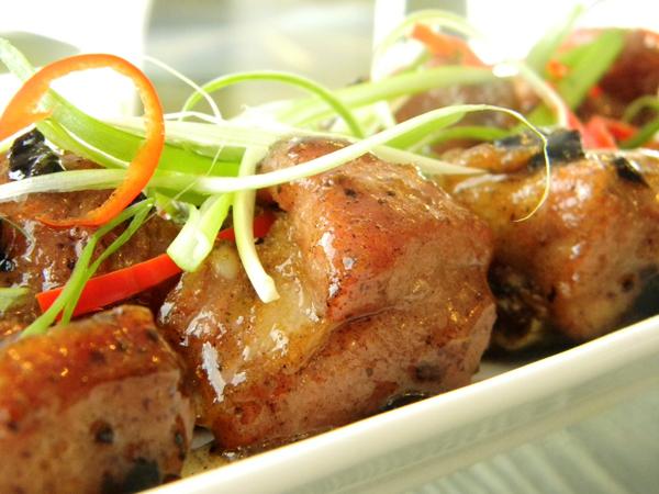 Bạn có thể vào bếp đổi bữa cho cả nhà bằng đĩa sườn rang tỏi ô liu mang phong cách mùi vị lạ và rất thơm ngon.
