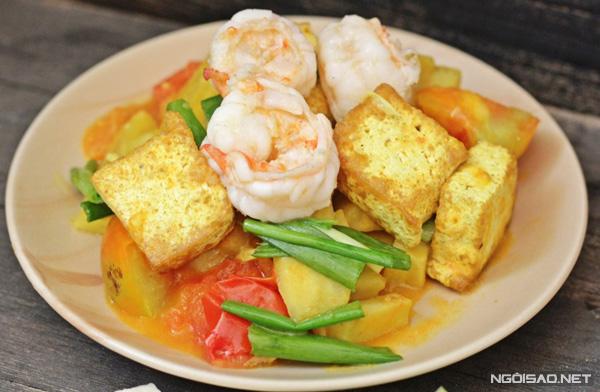 Tôm xào chuối đậu với phần chuối bùi bùi, đậu phụ mềm thấm vị cà chua sẽ là món ngon đổi vị cho gia đình bạn.