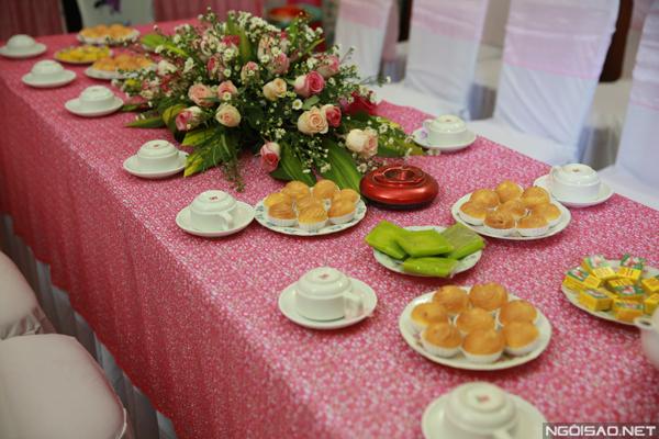 Dù đơn giản nhưng tất cả các phụ kiện, các loại bánh trái mời khách đều được gia đình chuẩn bị tỉ mỉ, chu đáo để ngày trọng đại thêm hoàn hảo.
