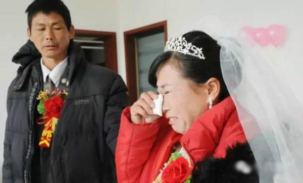 Bà Pong không ngừng khóc trong đám cưới.