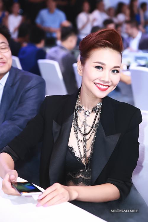 thanh-hang-phanh-ao-khoe-kheo-noi-y-4