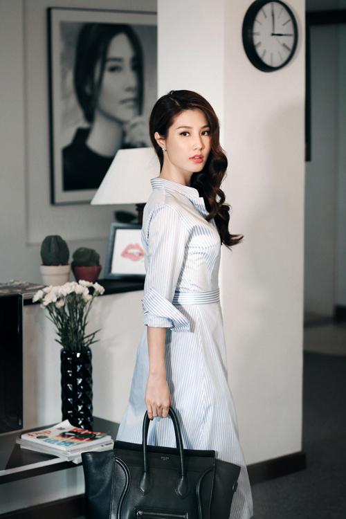 Diễm My xinh đẹp rạng ngời khi lăng xê mốt đầm sơ mi thanh lịch phối cùng phụ kiện túi xách Celine giá khoảng 70 triệu đồng.