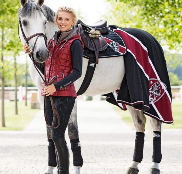 Người đẹp Scarlett Gartmann có niềm đam mê lớn với ngựa đua.