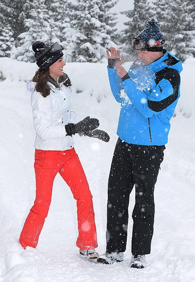 Kate và William chơi trò ném tuyết. Ảnh: PA
