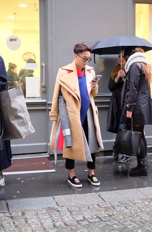 Diện một loạt layer áo khoác, điểm nhấn là 3 ống tay áo phá cách cùng giày lười năng động. Khi khác, chàng stylist lại biến hoá với áo khoác tối màu phối cùng jean rách, khăn Hermes, chất thời trang ở Hoàng Ku làm cho những tay săn ảnh ngoại quốc khó lòng mà bỏ qua.