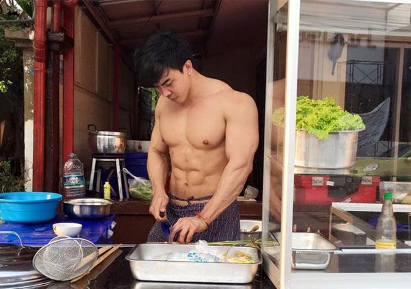 Kritsada Saekwang, chủ đồng thời là đầu bếp chính của tiệm mì. Ảnh: