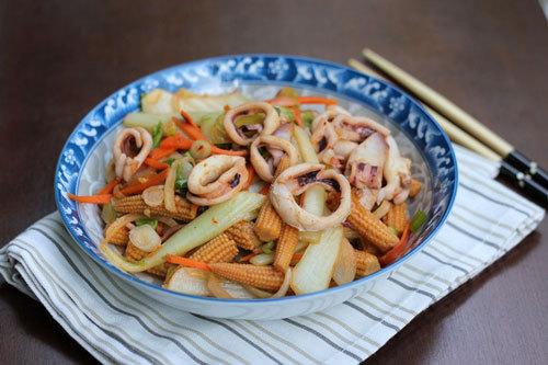 Món xào đơn giản với cải thảo và ngô bao tử ngọt, điểm thêm vị cay nhẹ của ớt và mực thơm ngon.