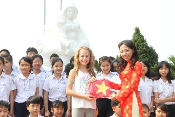 """Tối ngày 18/3/2016 tới đây, bé Capri Everitt, 11 tuổi - Đại sứ nhỏ tuổi nhất của Làng trẻ SOS thế giới sẽ cùng cùng các bạn thiếu nhi làng trẻ SOS Đà Nẵng và hơn 100 sinh viên hát vang bài Quốc ca Việt Nam tại Asia Park Đà Nẵng. Đây là hoạt động của Chương trình 80 Anthems - """"80 bài quốc ca kết nối trái tim"""" nhằm quyên góp 1 triệu USD cho các bạn nhỏ đang phải chịu ảnh hưởng của chiến tranh, nghèo đói, biến đổi khí hậu... trên toàn thế giới do Làng trẻ SOS Quốc tế phát động."""