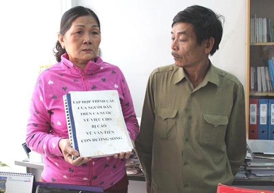 Cha mẹ Vũ Văn Tiến (người bị Tòa án nhân dân tỉnh Bình Phước kết án tử hình) cầm trên tay cuốn sổ có 10.000 chữ ký của người dân xin cho Tiến một con đường sống.