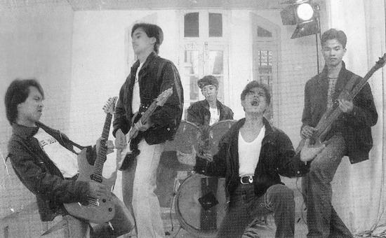 Ban nhạc trưởng thành từ phong trào ca nhạc sinh viên từ Trường Đại học Xây dựng.