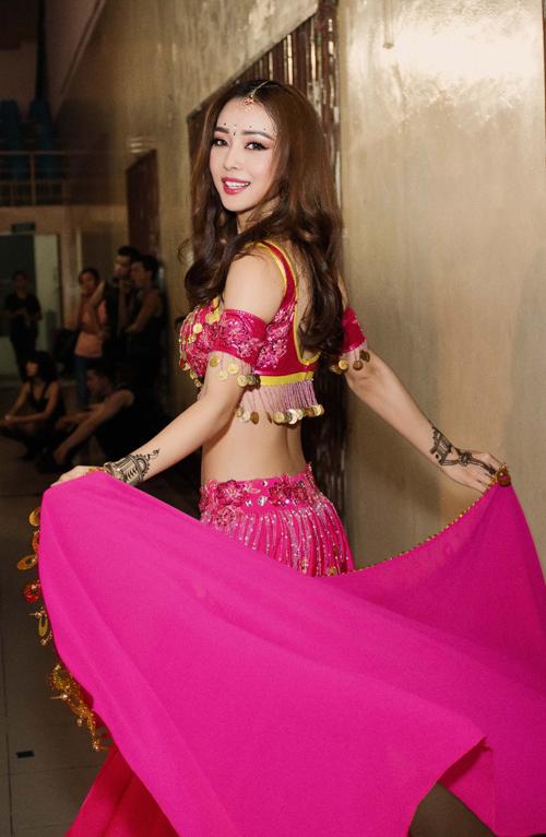khanh-my-bi-rach-vay-truoc-gio-len-san-khau-4