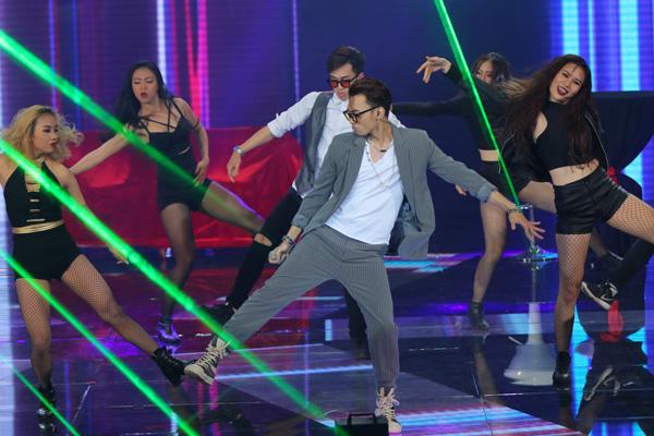 Team Soobin Hoàng Sơn thể hiện ca khúc 'Vui đi em' do chính nam ca sĩ sáng tác.