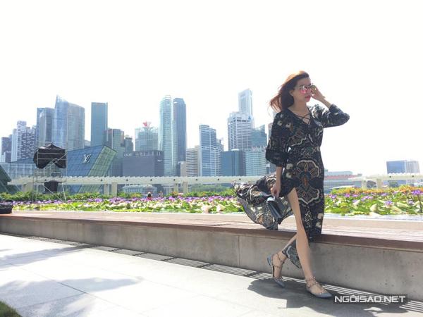 ho-ngoc-ha-gian-di-van-cuon-hut-o-singapore