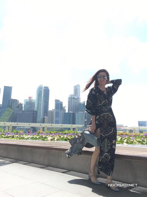 ho-ngoc-ha-gian-di-van-cuon-hut-o-singapore-1