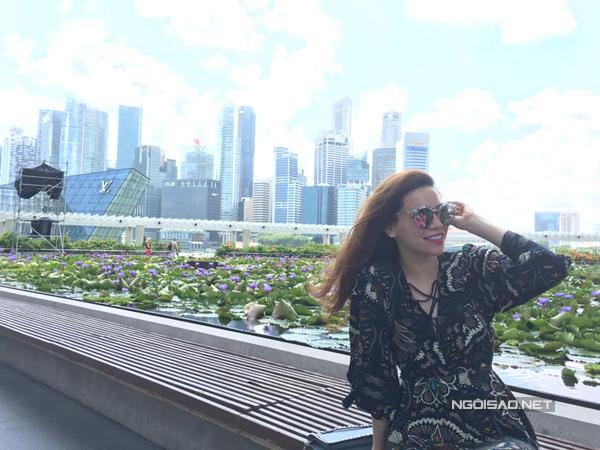 ho-ngoc-ha-gian-di-van-cuon-hut-o-singapore-3