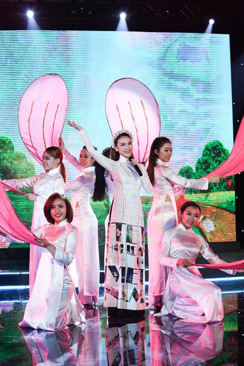 minh-hang-duoc-nhac-bong-len-cao-4