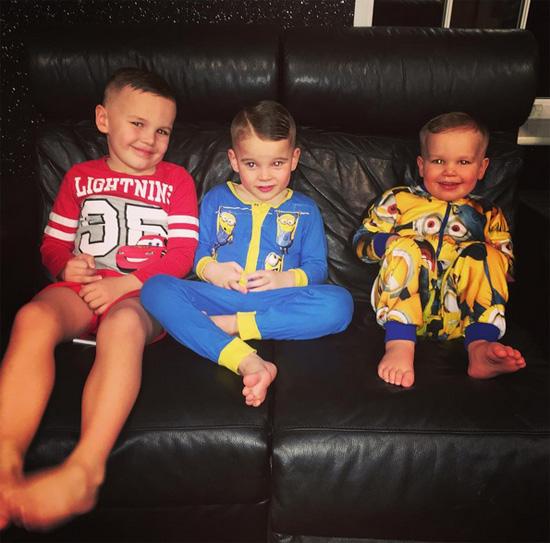 Ba cậu con trai riêng của cựu hoa hậu Anh là Archie, Harry và George rất quý mến bố dượng tương lai.