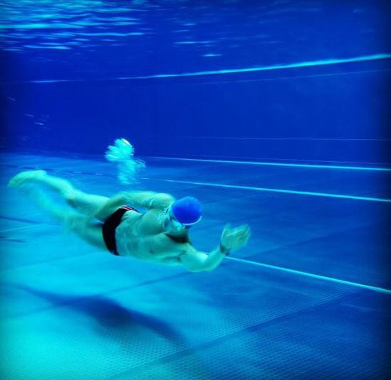 Để có được thân hình đẹp đáng mơ ước, Pietro thường tập thể dục, từ bơi lội...