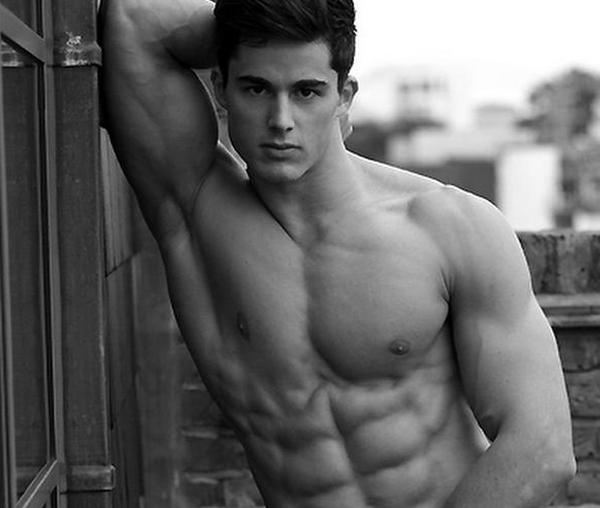Các học sinh nữ phát hiện ra việc Pietro từng làm người mẫu sau khi thử tìm kiếm tên anh trên Google.