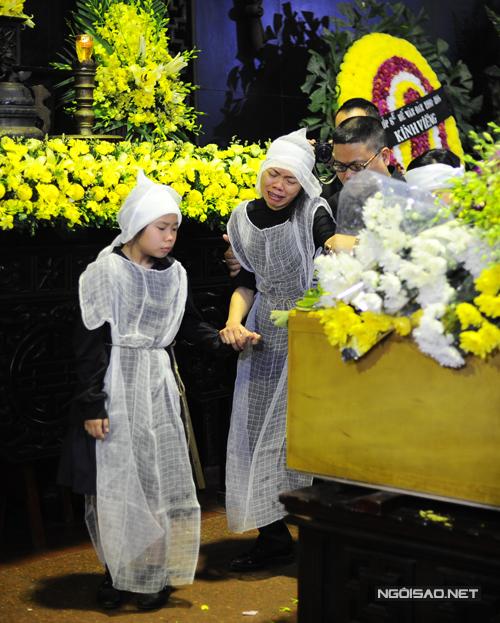 Khi bước lên linh cữu chồng, nhìn mặt anh lần cuối, chị gần như ngã quỵ và phải cầm lấy tay con gái. Người nhà dìu chị Hoa bước đi.