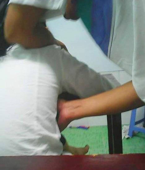 Tấm ảnh Mai chụp cảnh thầy Quang có hành động sờ mó hơn thay vì chỉ bài. Ảnh: Nguyễn Nhân