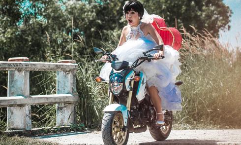 Thúy Nga 'run bần bật' vì hơn 10 năm không đi xe máy