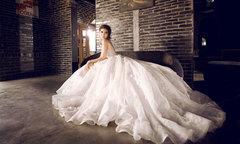 Lily Luta xinh đẹp với váy cưới trắng tinh khôi