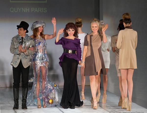 Nhà thiết kế Quỳnh Paris (giữa) và các nghệ sĩ tham gia trong show diễn.