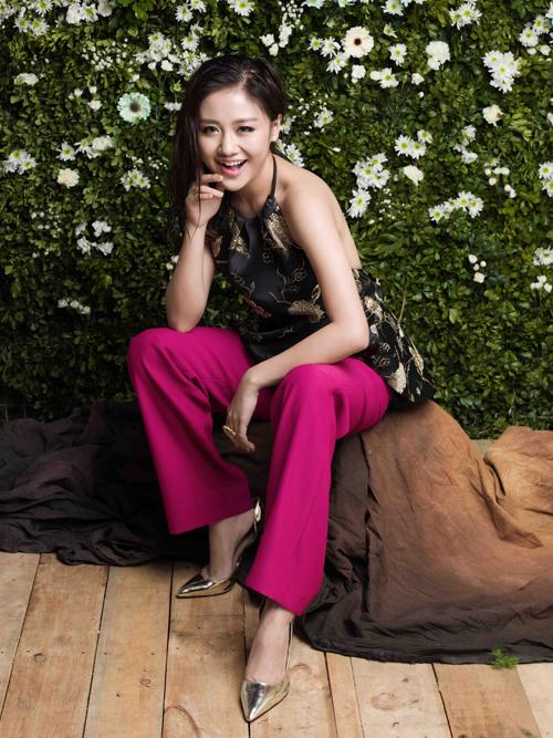 Trong bộ ảnh thời trang mới thực hiện, Văn Mai Hương trở nên gợi cảm và dịu dàng hơn với các mẫu thiết kế cho mùa hạ.