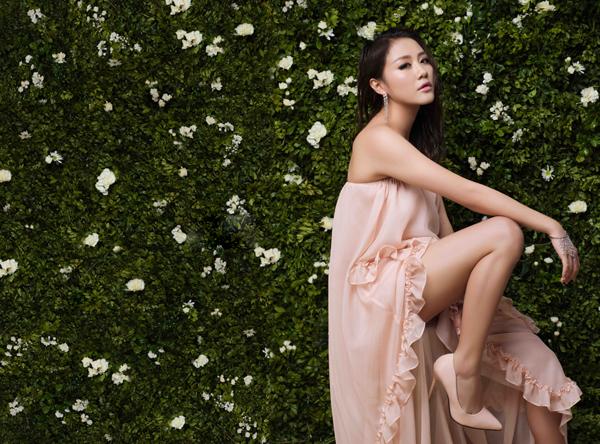 Những kiểu váy với chất liệu mềm mại, khai thác nét gợi cảm ý nhị được nữ ca sĩ chọn lựa để sử dụng.