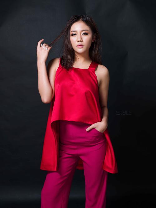 Phong cách thời trang của mùa mới được tô điểm bằng các kiểu váy áo kiểu dáng hiện đại, tông màu bắt mắt.