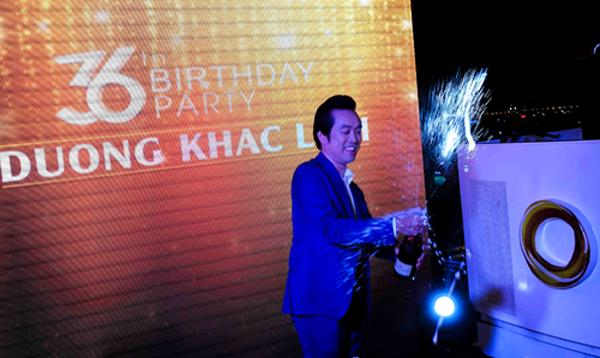 DKL khui champagne và thổi nến sinh nhật