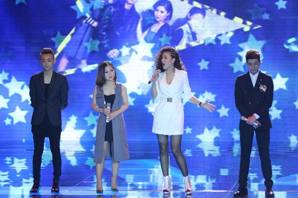 Bốn ca sĩ của 4 đội mở màn đêm gala bằng phần kết hợp trong ca khúc 'Đường đến ngày vinh quang' để tướng nhớ ca sĩ - nhạc sĩ Trần Lập vừa từ giã cõi đời.