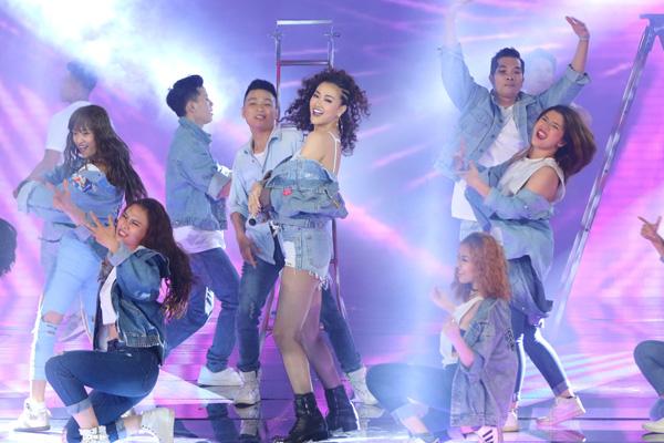 Team Maya thể hiện ca khúc 'Wow' của nhạc sĩ Khắc Hưng.