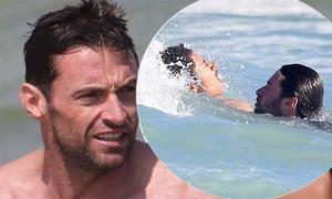 Hugh Jackman cứu hai con bị sóng cuốn trôi