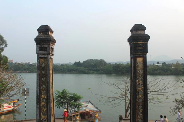 Bến thuyền Mụ dưới chân chùa Thiên Mụ.