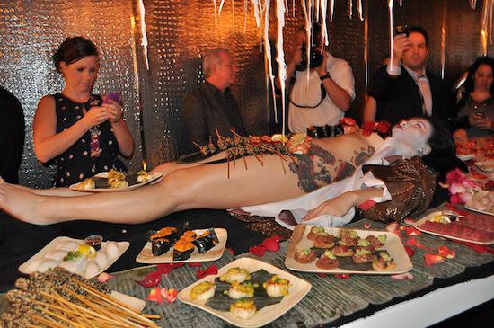 nghe-thuat-an-sushi-tren-nguoi-trinh-nu-o-nhat-8