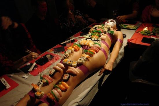 nghe-thuat-an-sushi-tren-nguoi-trinh-nu-o-nhat